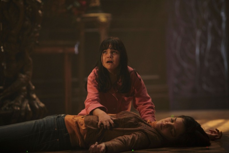 Non avere paura del buio: Katie Holmes e Bailee Madison in una drammatica scena del film