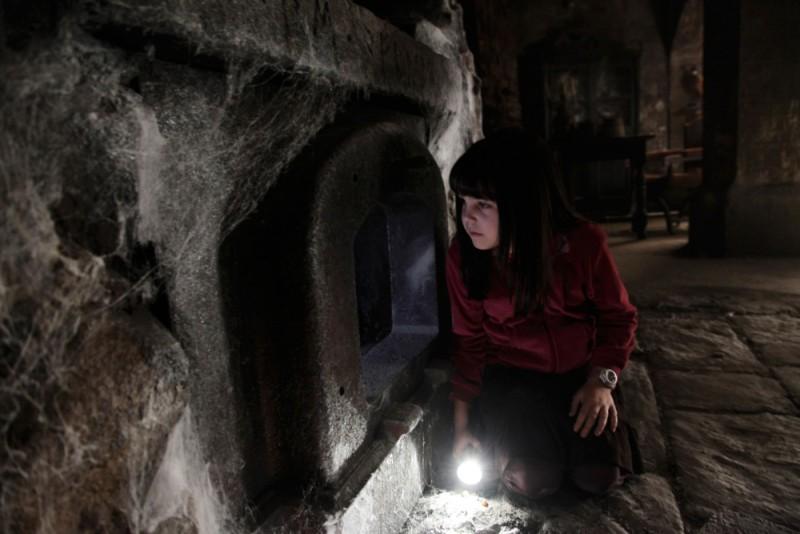 Non avere paura del buio: la piccola Bailee Madison in un'inquietante scena del film
