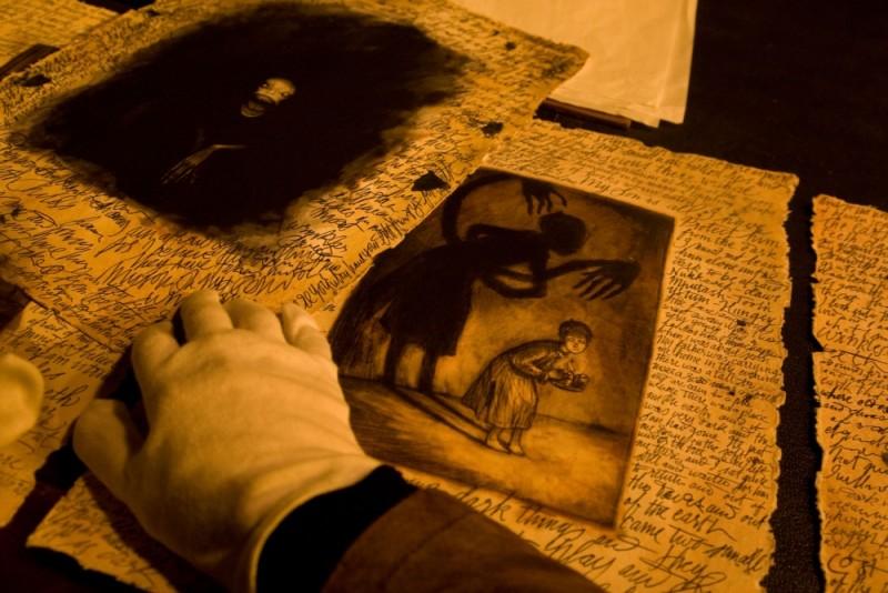 Non avere paura del buio: una scena tratta dal film horror diretto da Guillermo Del Toro