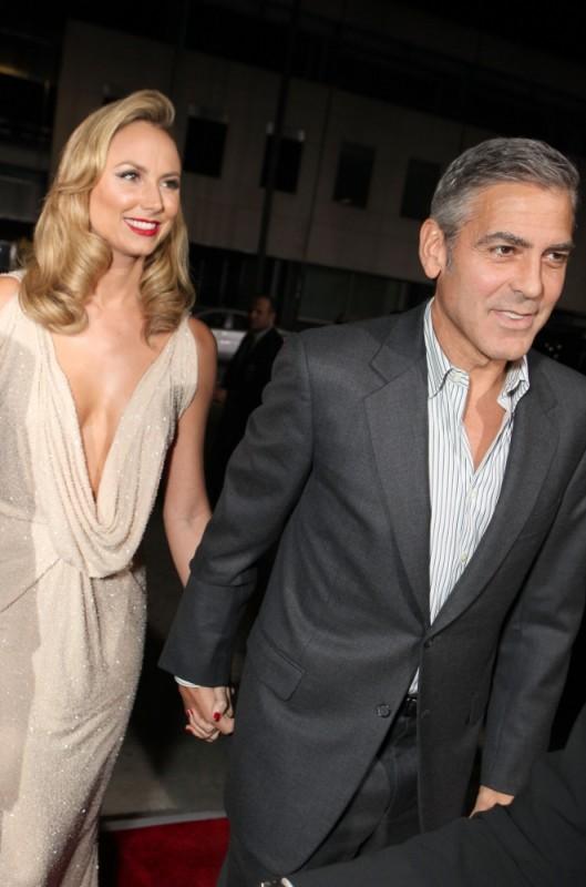George Clooney con la compagna Stacy Keibler a Beverly Hills sul red carpet della premiere di The Descendants
