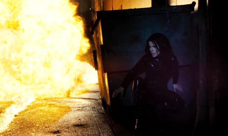 Kate Beckinsale scampata alle fiamme in una scena del film Underworld: Il risveglio