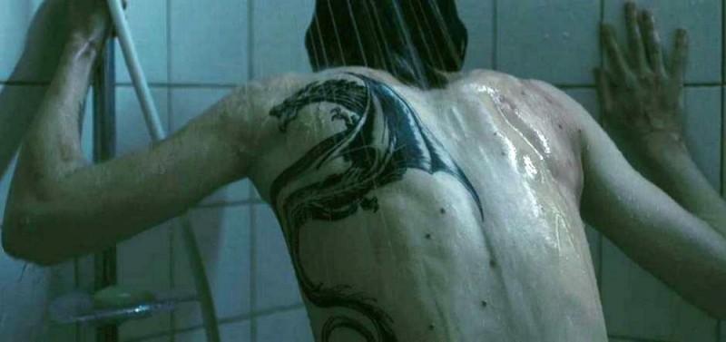 Rooney Mara mostra il suo tatuaggio in una scena del film Millennium - Uomini che odiano le donne