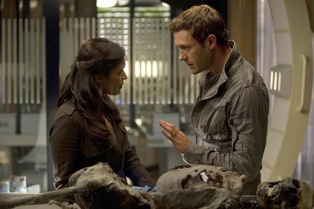 Terra Nova: Jason O'Mara e Shelley Conn nell'episodio Vs.