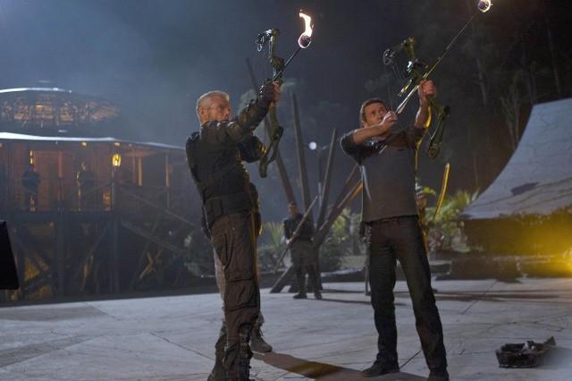Terra Nova: Jason O'Mara e Stephen Lang in una scena dell'episodio Nightfall