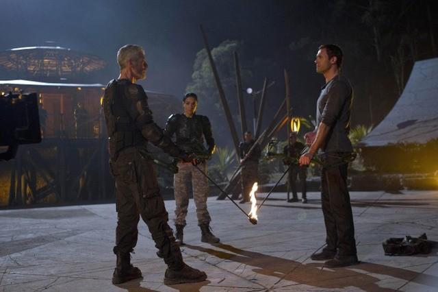 Terra Nova: Jason O'Mara e Stephen Lang nell'episodio Nightfall