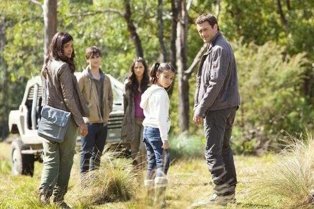 Terra Nova: la famiglia Shannon in una scena dell'episodio Now You See Me