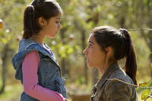 Terra Nova: Naomi Scott ed Alana Mansour nell'episodio Proof