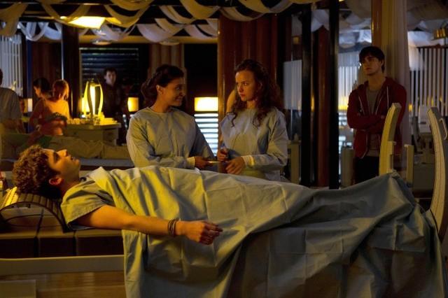 Terra Nova: Shelley Conn, Allison Miller e Sam Parsonson nell'episodio Nightfall