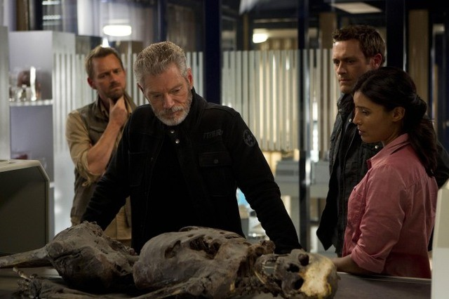 Terra Nova: Stephen Lang e Shelley Conn nell'episodio Vs.