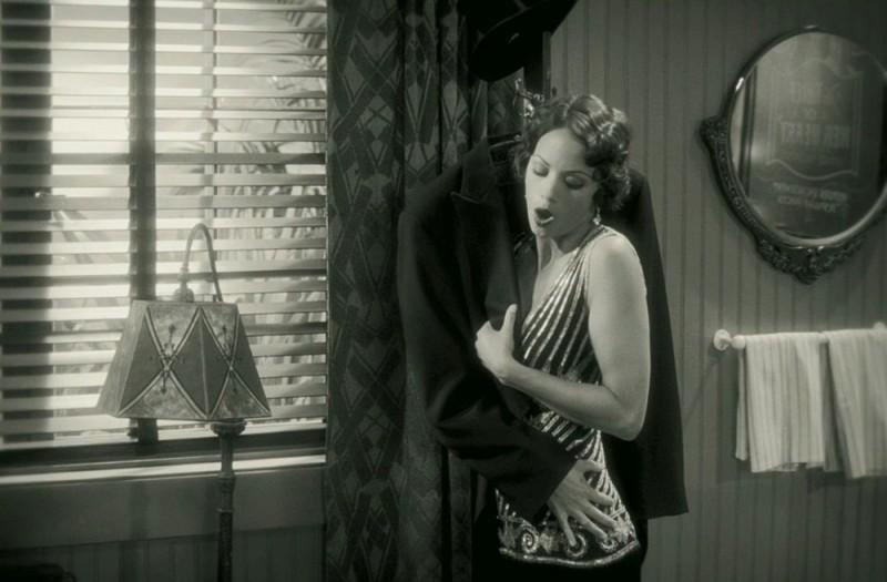 The Artist: Bérénice Bejo in una bizzarra scena del film