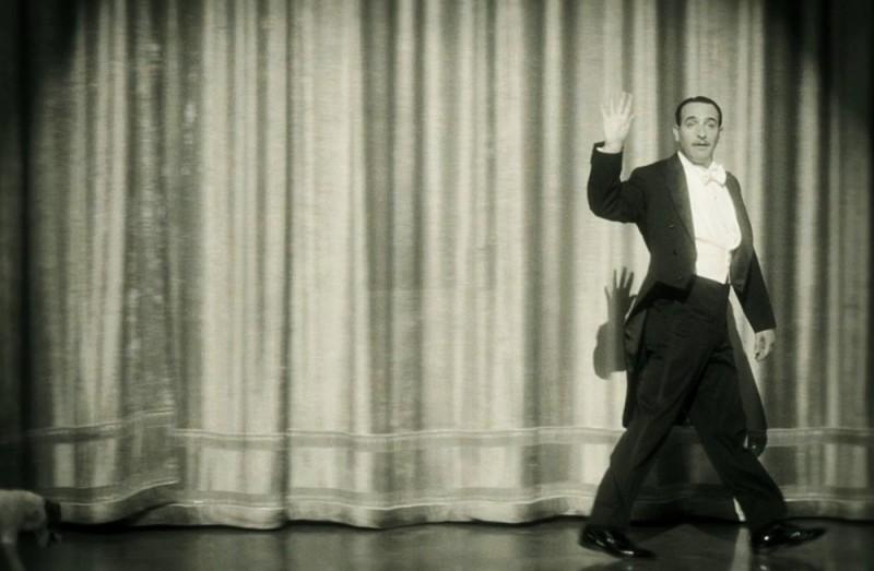 The Artist: Jean Dujardin saluta il pubblico nei panni di George Valentin in una scena del film