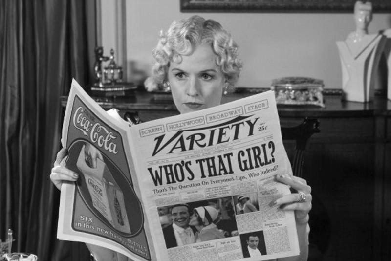 The Artist: Penelope Ann Miller sfoglia il giornale in una scena del film