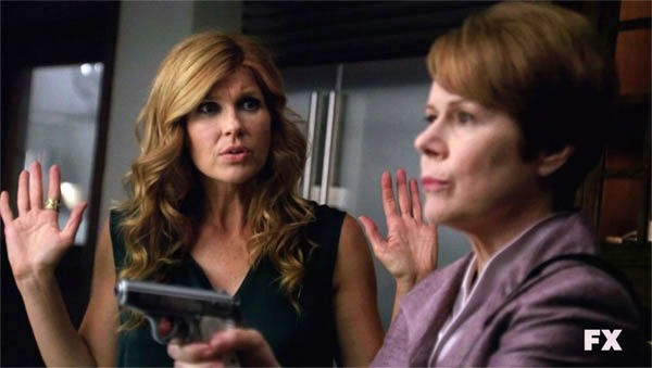 American Horror Story: Connie Britton con Christine Estabrook nell'episodio Open House