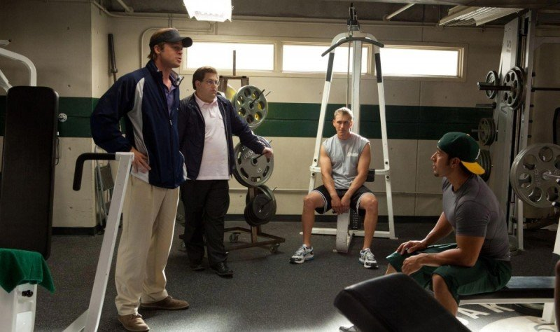 Brad Pitt in una scena del film L'arte di vincere - Moneyball insieme a Jonah Hill e Casey Bond