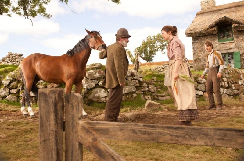 Jeremy Irvine, Peter Mullan ed Emily Watson in una scena di War Horse