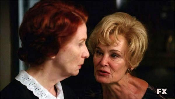 Jessica Lange in American Horror Story (episodio Open House) con Alexandra Breckenridge