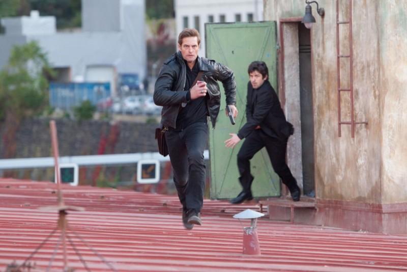 Josh Holloway scappa dai suoi inseguitori in una scena di Mission: Impossible - Protocollo Fantasma
