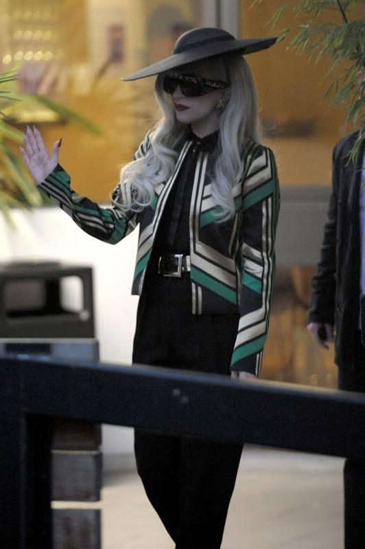 Lady Gaga a Londra (novembre 2011) con un giacchino con motivo art decò verde, nero e oro, camicia in chiffon nera e pantaloni neri della Sfilata GUCCI Primavera-Estate 2012.