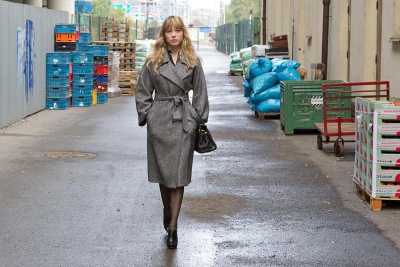 Mission: Impossible - Protocollo Fantasma, Léa Seydoux passeggia in una scena del film
