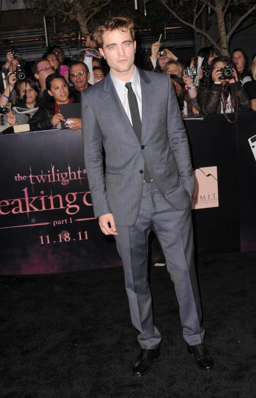 Robert Pattinson alla premiere losangelina di Breaking Dawn, parte 1. L'abito è un completo GUCCI blu inchiostro a due bottoni, camicia botton up grigio chiaro e cravatta grigia.