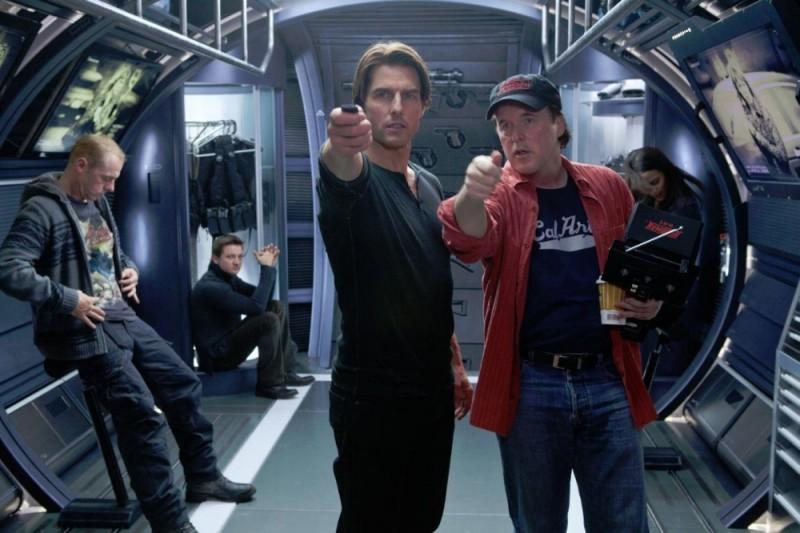 Tom Cruise e il regista Brad Bird sul set di Mission: Impossible - Protocollo Fantasma insieme a Jeremy Renner e Simon Pegg