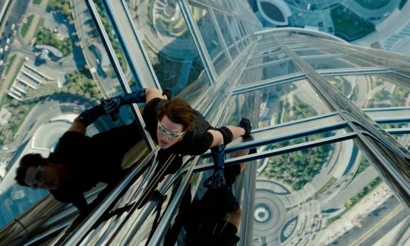 Tom Cruise in una pericolosissima scena di Mission: Impossible - Protocollo Fantasma