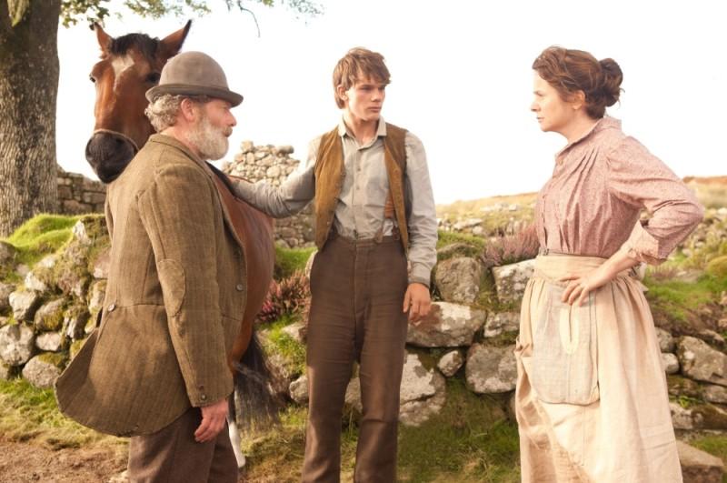 War Horse: Jeremy Irvine, Peter Mullan ed Emily Watson in una scena del film
