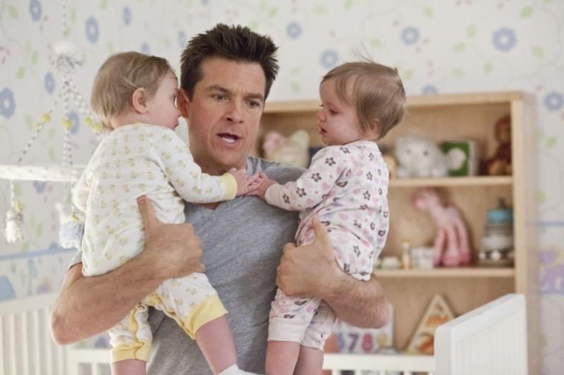 Cambio Vita: Jason Bateman in un'immagine del film insieme ai suoi due pargoletti