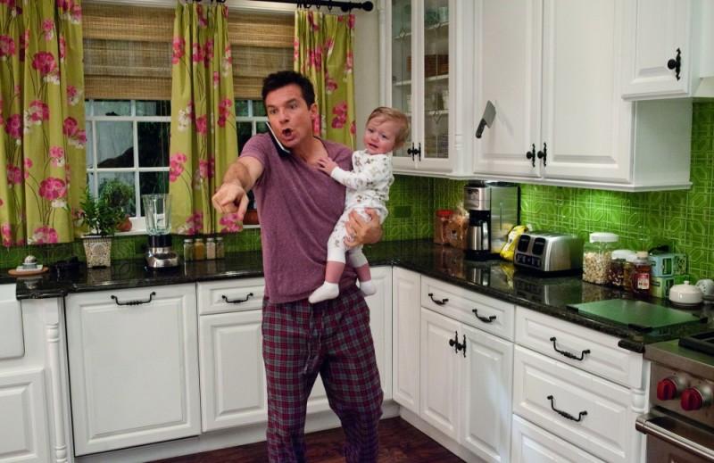Cambio Vita: Jason Bateman nei panni di un impacciato baby sitter in una scena del film