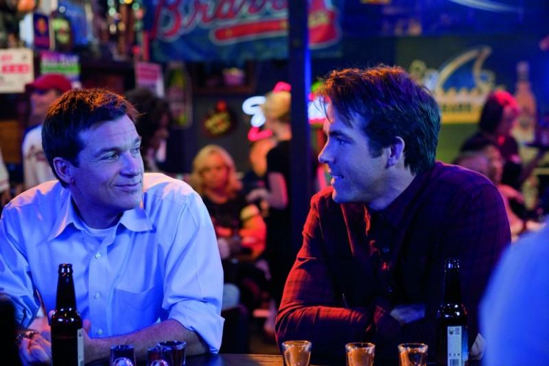 Cambio Vita: Ryan Reynolds e Jason Bateman al bar in una scena del film