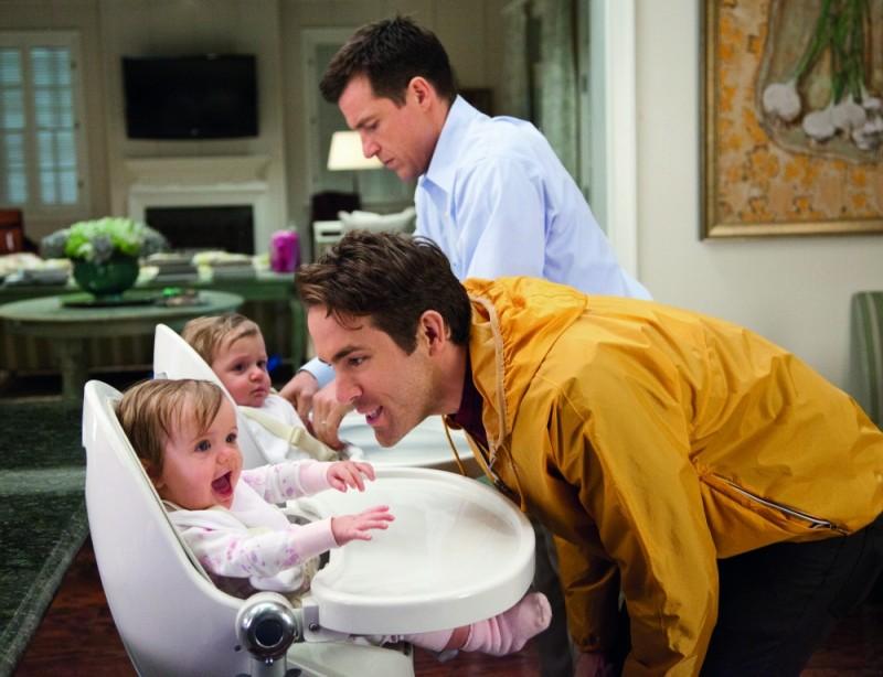 Cambio Vita: Ryan Reynolds insieme a Jason Bateman e ai suoi due piccoli in una scena del film