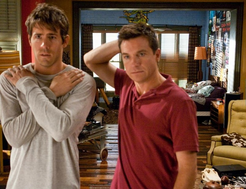 Cambio Vita: Ryan Reynolds con Jason Bateman in un'immagine del film