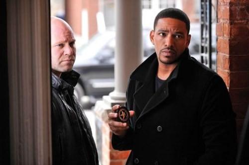 Domenick Lombardozzi e Laz Alonso in una scena della serie televisiva I signori della fuga