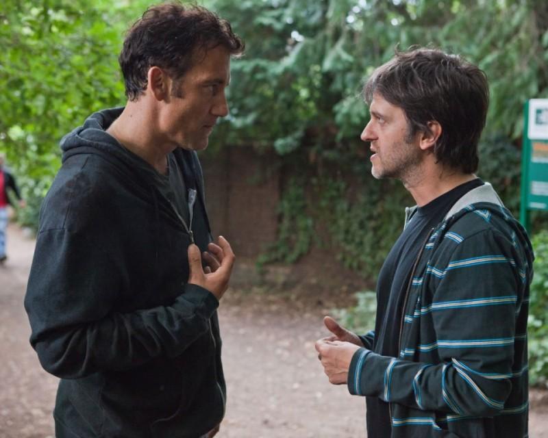 Clive Owen sul set di Intruders parla col regista Juan Carlos Fresnadillo