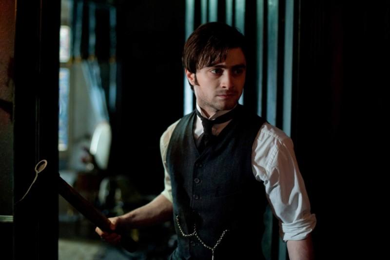 Daniel Radcliffe armato di ascia in una scena del film The Woman in Black