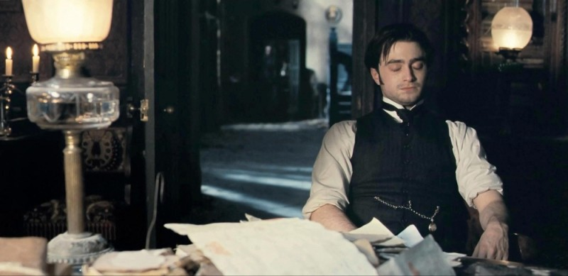 Daniel Radcliffe in una scena del thriller The Woman in Black