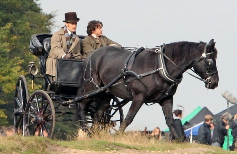 Jude Law e Robert Downey Jr. in carrozza sul set di Sherlock Holmes: Gioco di ombre