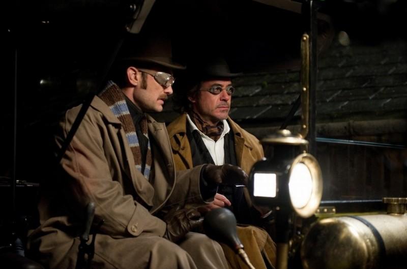 Jude Law insieme a Robert Downey Jr. in una scena di Sherlock Holmes: Gioco di ombre