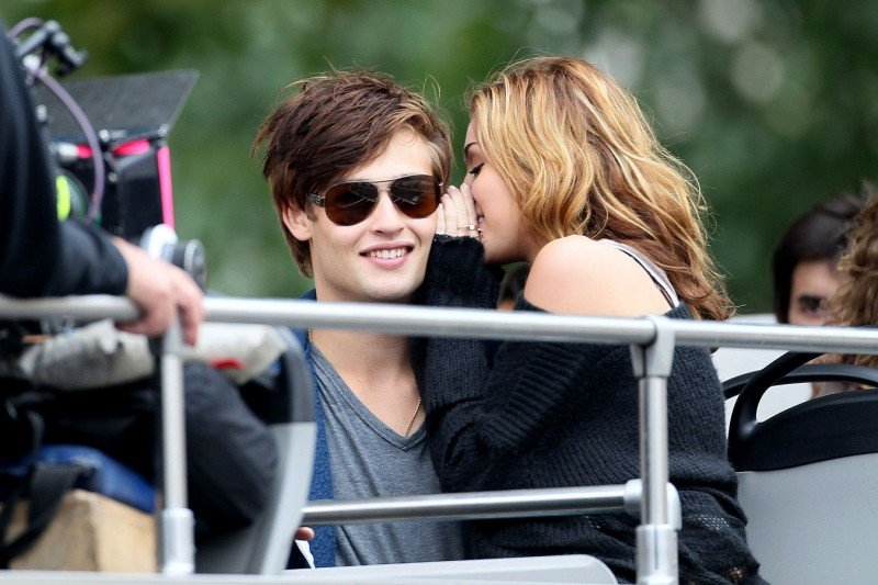 Miley Cyrus bisbiglia all'orecchio di Ashley Greene sul set del film LOL - Solo quando rido
