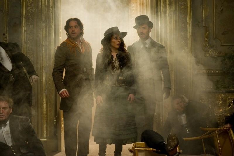 Robert Downey Jr., Noomi Rapace e Jude Law in una scena di Sherlock Holmes: Gioco di ombre