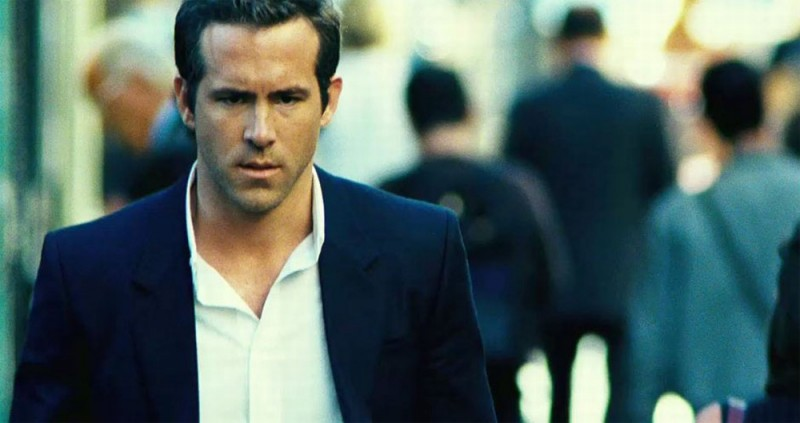 Safe House: un preoccupato Ryan Reynolds in una scena del film