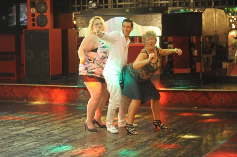 Blake Harrison in una scena di Finalmente maggiorenni si dimena in un ballo con due attempate amiche