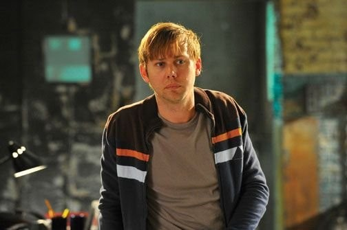 Breakout Kings: Jimmi Simpson in una scena della serie