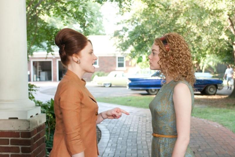 Bryce Dallas Howard discute con Emma Stone in una scena della commedia drammatica The Help