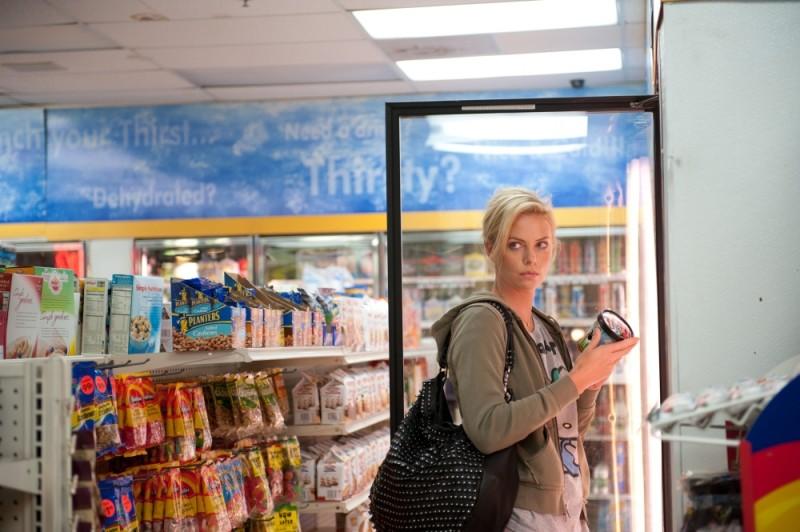 Charlize Theron al supermercato in una scena di Young Adult