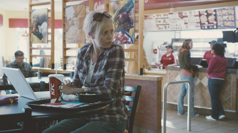 Charlize Theron in un fast food in un'immagine del film Young Adult