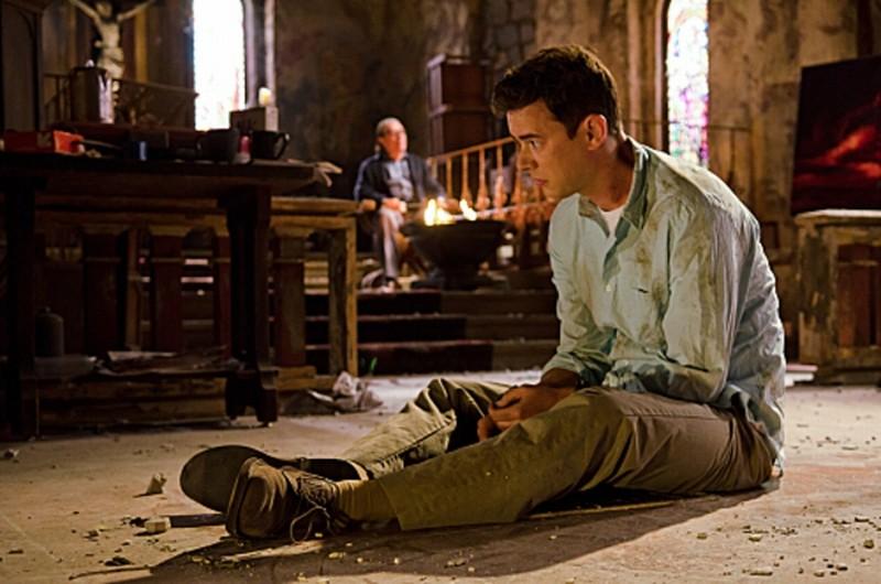 Colin Hanks seduto a terra in una scena dell'episodio Sins of Omission
