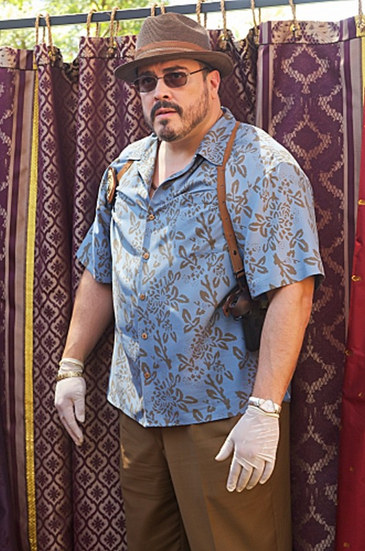 David Zayas sulla scena del crimine in una scena dell'episodio Sins of Omission