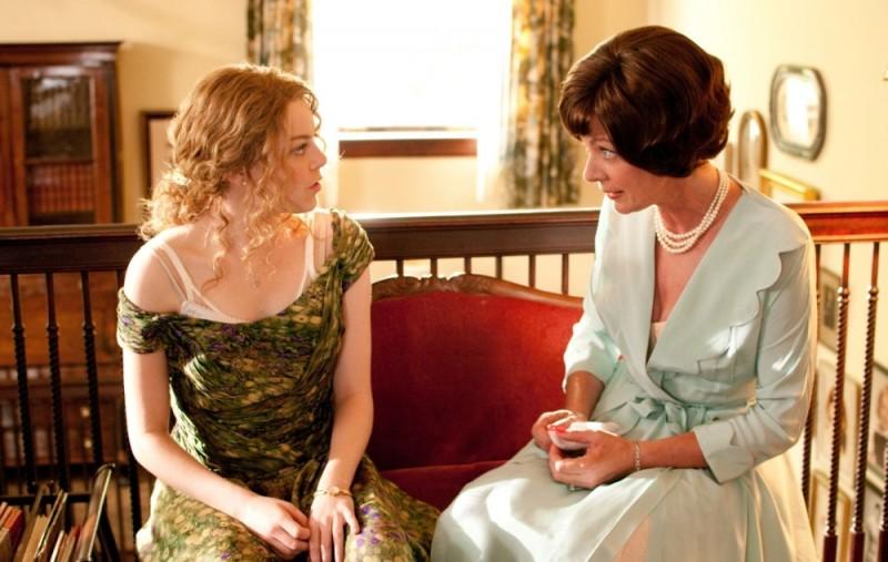 Emma Stone ed Allison Janney in una scena del film The Help