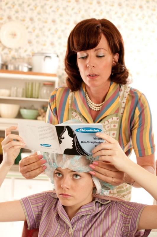 Emma Stone in una scena del film The Help insieme ad Allison Janney